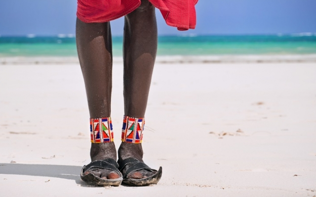 Un guide maasai sur une plage de Zanzibar