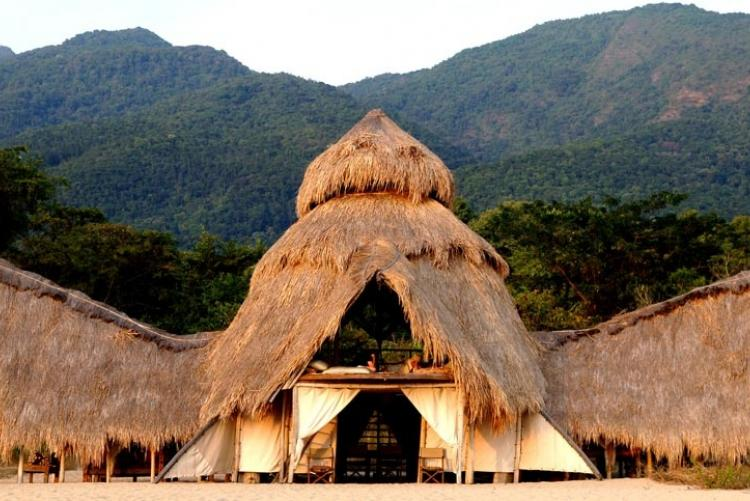 Le lounge central de Mahale Mountain Greystoke en Tanzanie