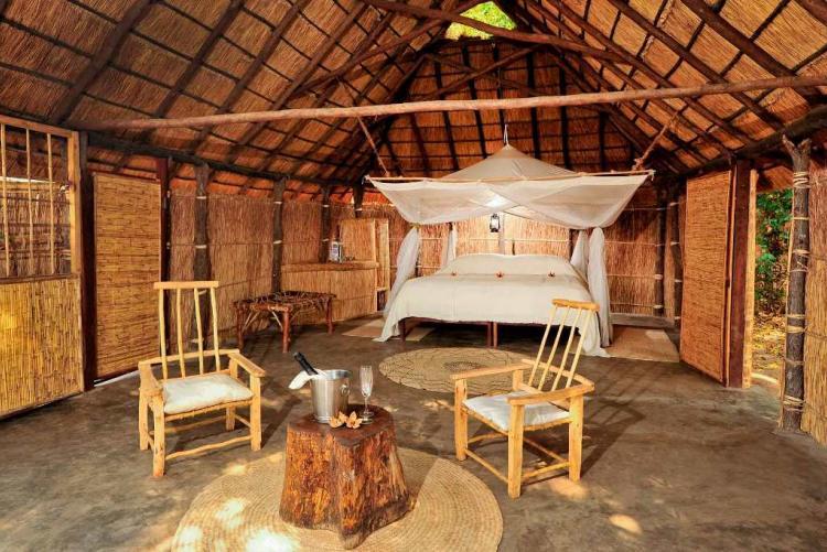 Le joli camp Luwi de Norman Carr en roseaux dans la South Luangwa