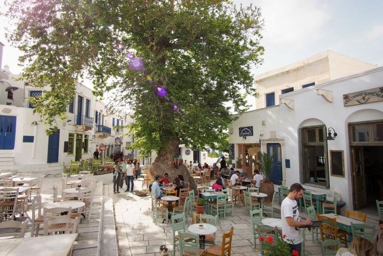 La place centrale du village de Pyrgos, Tinos