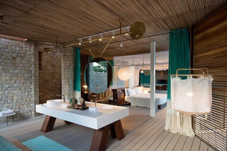 La salle de bains de votre villa privée à Miavana Sanctuary Lodge