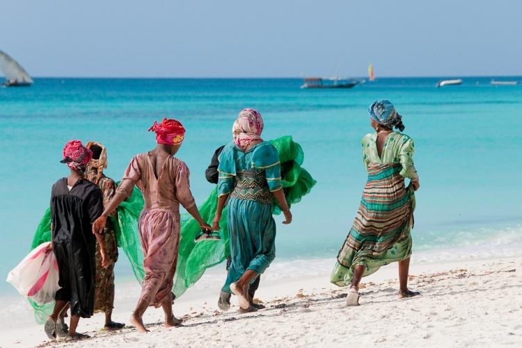 Femmes de Zanzibar marchant sur la plage