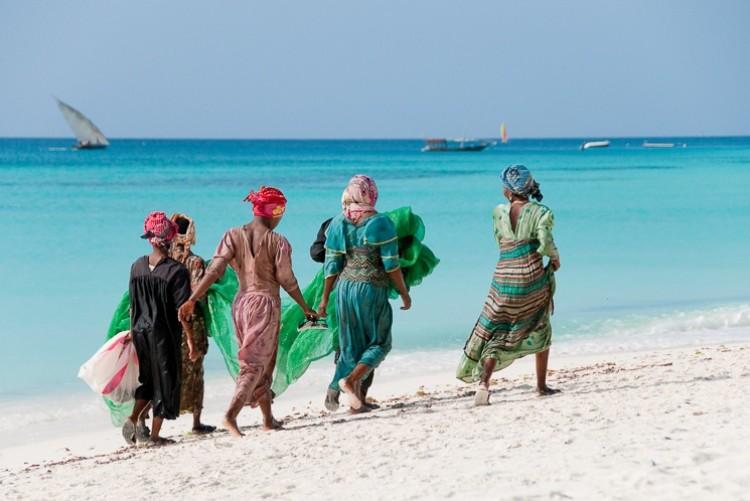 Zanzibar femmes qui marchent sur la plage - Voyage Tanzanie Zanzibar