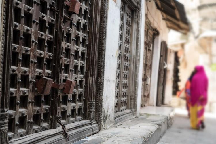 Les ruelles de Zanzibar et leurs portes sculptées, chargées d'histoire.