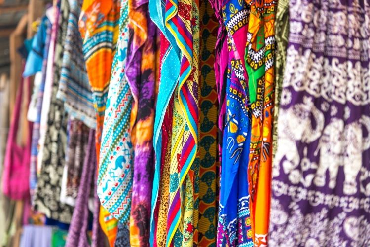 Les tissus au marché à Zanzibar