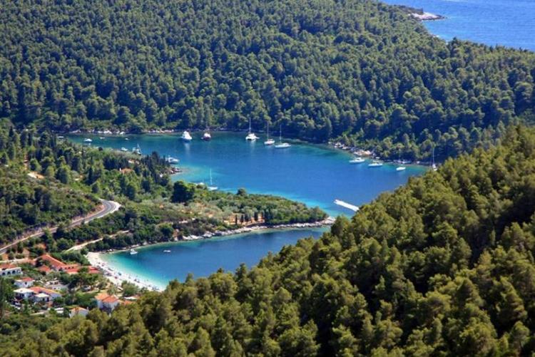 La jolie baie de Panormos en forme de coeur, à Skopelos (Voyage aux Sporades en Grèce)