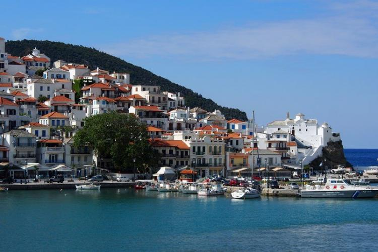 Arrivée dans le port de Skopelos aux Sporades lors de votre voyage en Grèce