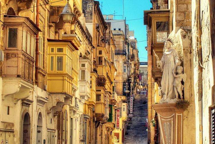 Rue typique du centre ville de La Valette à Malte