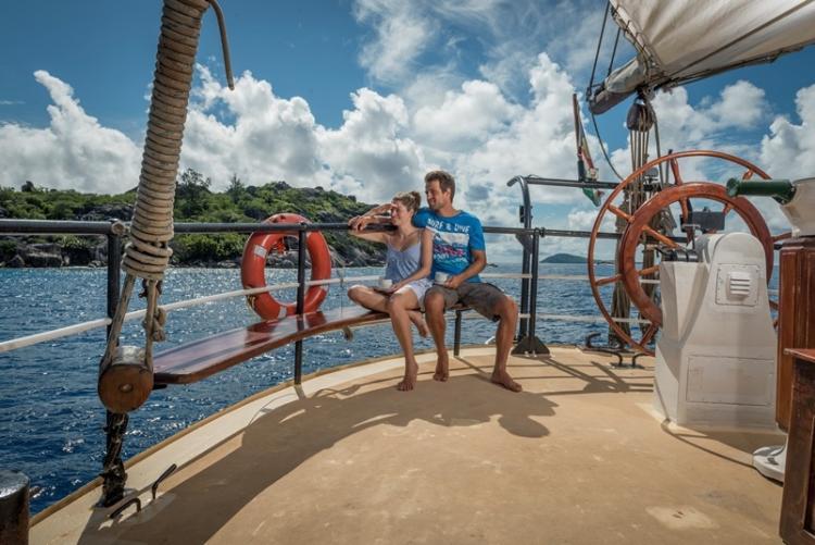 Sur le pont en croisière aux Seychelles à bord d'une goëlette hollandaise