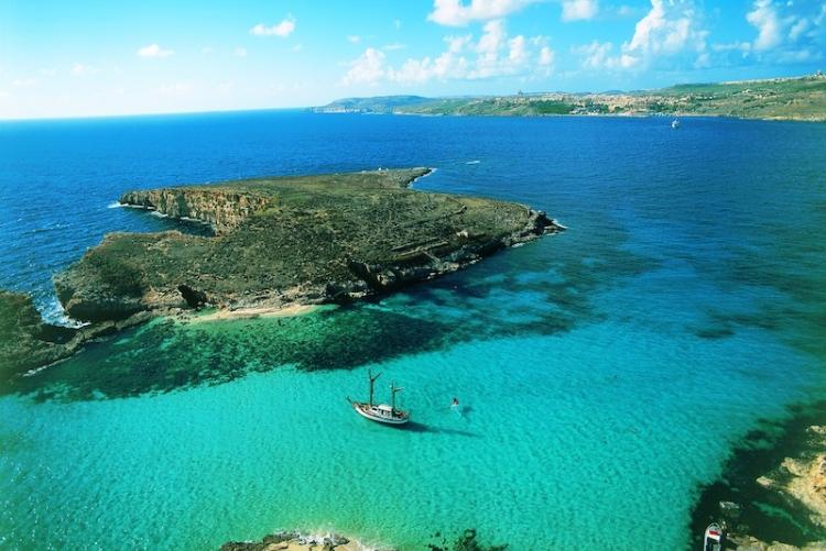 Les eaux bleues de Comino Blue Lagoon qu'il faut aller visiter à Gozo, en voyage à Malte