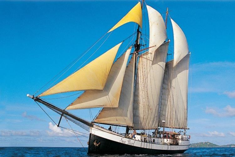 Le Sea Pearl a déployé ses voiles. Croisière aux Seychelles