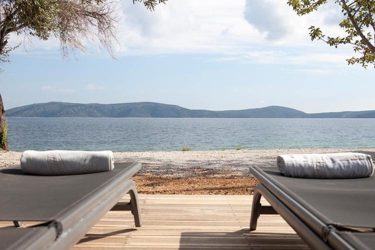 La jolie plage devant la petite propriété d'Ilya à Alonissos, aux Sporades