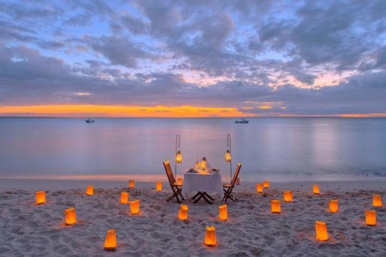 Diner sur la plage à Azura Quilalea dans l'archipel de Quirimbas au Mozambique