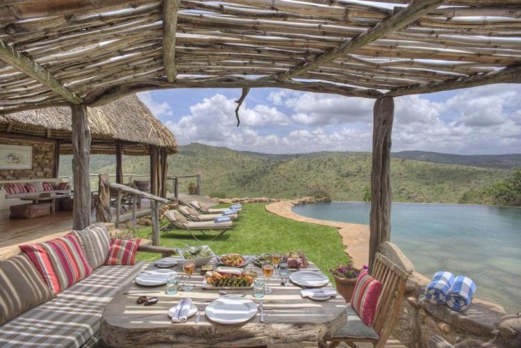 Déjeuner près de la piscine à Borana Lodge - Safari Kenya
