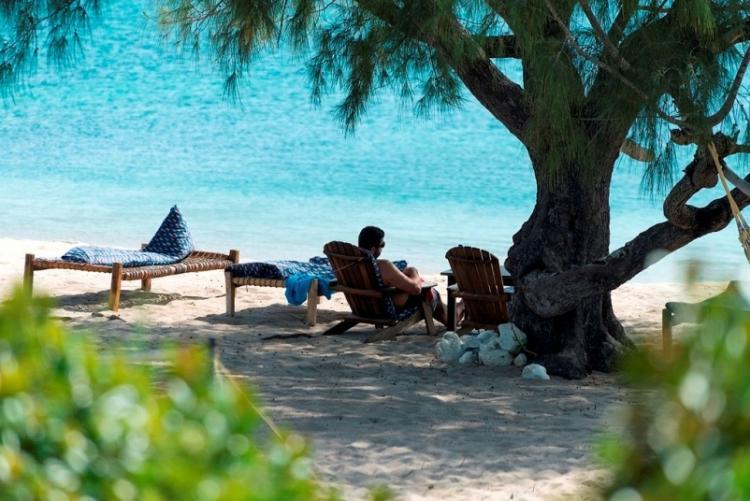 Sieste à l'ombre sur la plage de Nuarro, en voyage au Mozambique