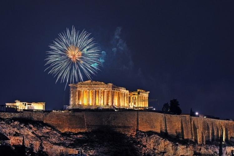 Feu d'artifice sur l'Acropole lors du nouvel an à Athènes / Voyage en hiver en Grèce