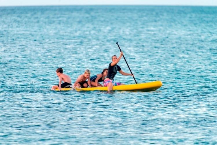 Kayak dans l'océan indien face au lodge de Nuarro au Mozambique