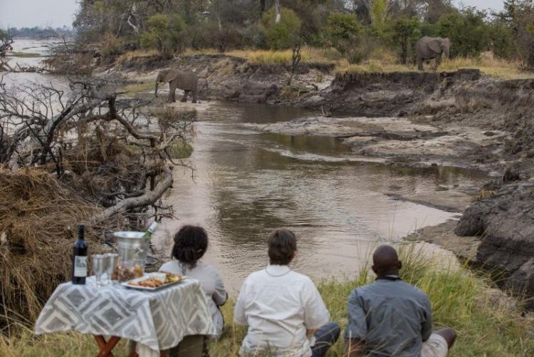 Apéritif au coucher du soleil en safari à Mpala Jena