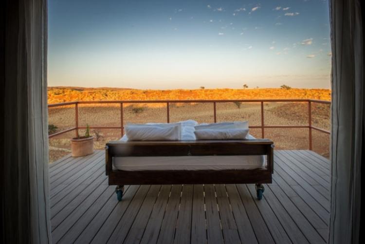 Vue sur les étoiles depuis votre lit au Namib Dune Star dans le désert de Namibie