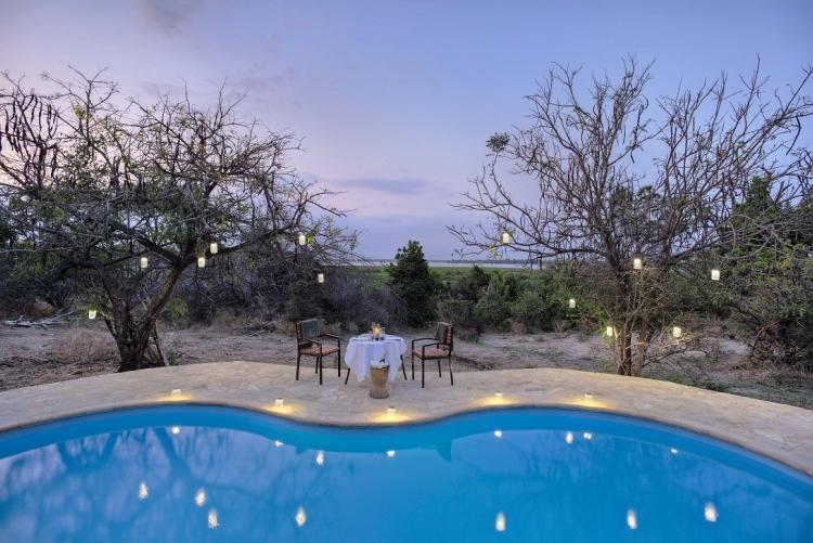 Voyage de noces Tanzanie dîner près de la piscine Selous