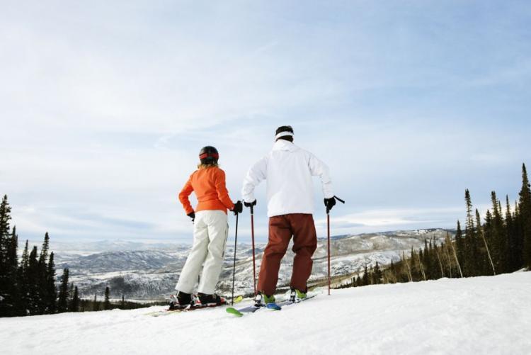 Skieurs sur les pentes du mont Parnasse en Grèce