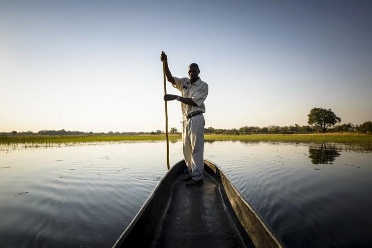 Safari en mokoro dans les méandres du delta de l'Okavango