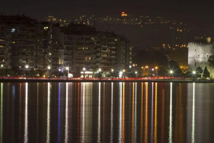 Le front de mer de Thessalonique by night, moderne et fétarde.