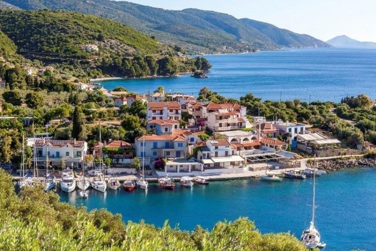 Le petit village de Steni Vella et ses nombreuses tavernes à Alonissos dans les Sporades