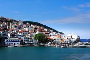 Le port de Skopelos et la vieille ville Chora, un des plus jolis panoramas des iles grecques